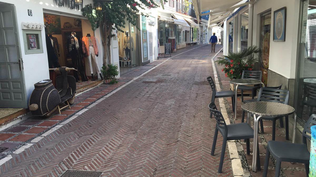 Una de las calles del casco antiguo de Marbella, ayer.
