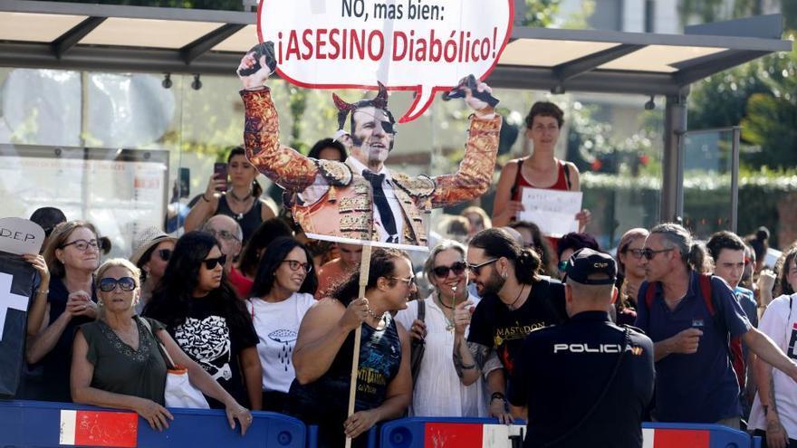 Un millar de antitaurinos reclama en la calle el cierre de la plaza de El Bibio