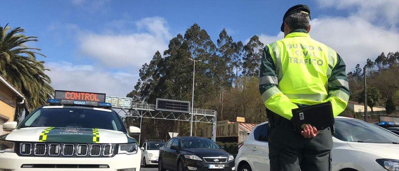 Un Guardia Civil de Tráfico durante un control en Galicia.