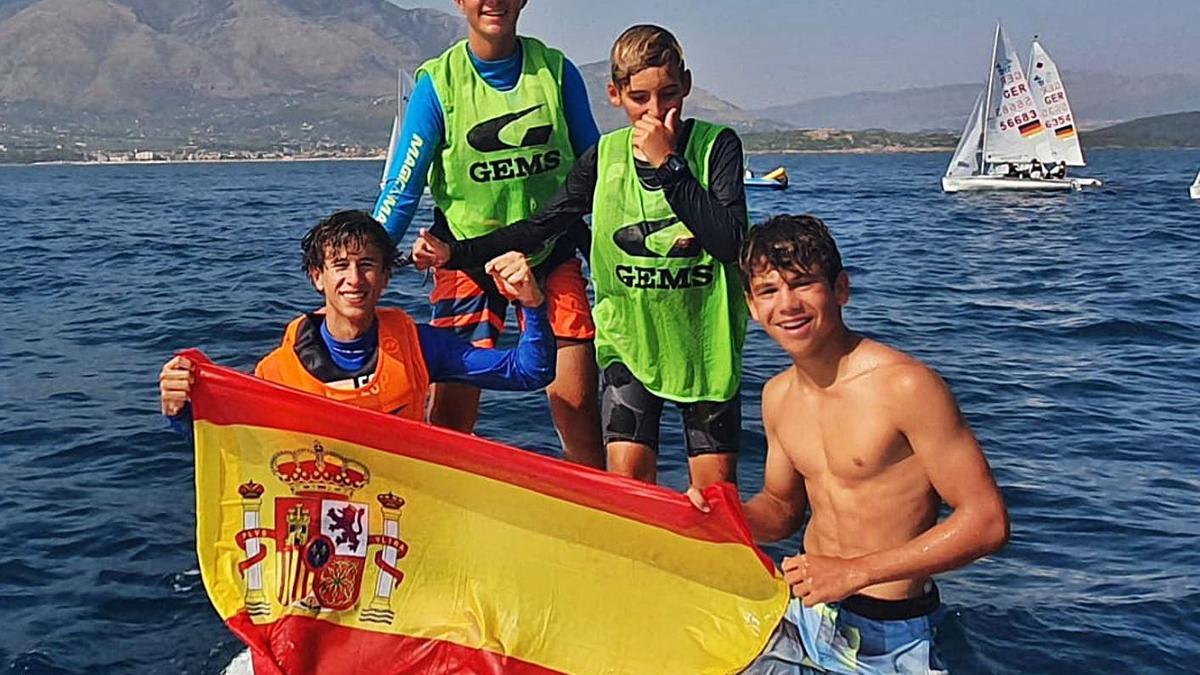 Mariano Hernández y Jaime Ayarza –arriba con los petos verdes– celebran el título junto a Marc Mesquida y Ramón Jaume.     LP/DLP