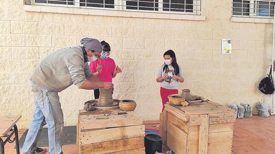 Los alumnos del CEIP Pedro Cano reciben clases de alfarería