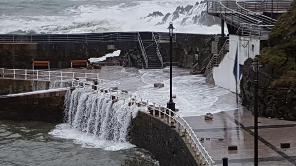 El oleaje causa destrozos en el puerto de Cudillero.