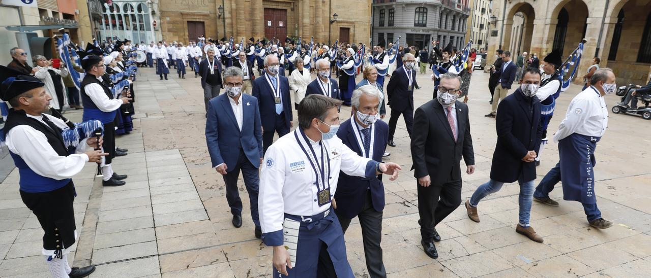 Una marea de cofrades anima a llenar Oviedo por el Desarme