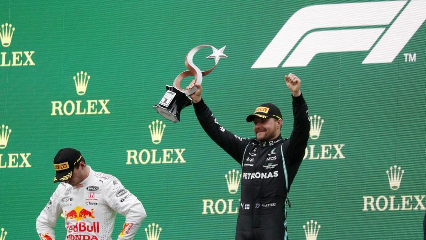 Bottas logra su primera victoria del año y Verstappen recupera el liderato