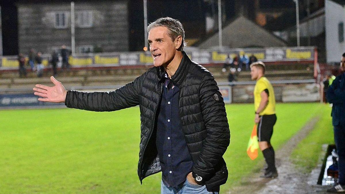 Rafa Sáez dirige al Arosa en uno de los últimos partidos en el campo de A Lomba.