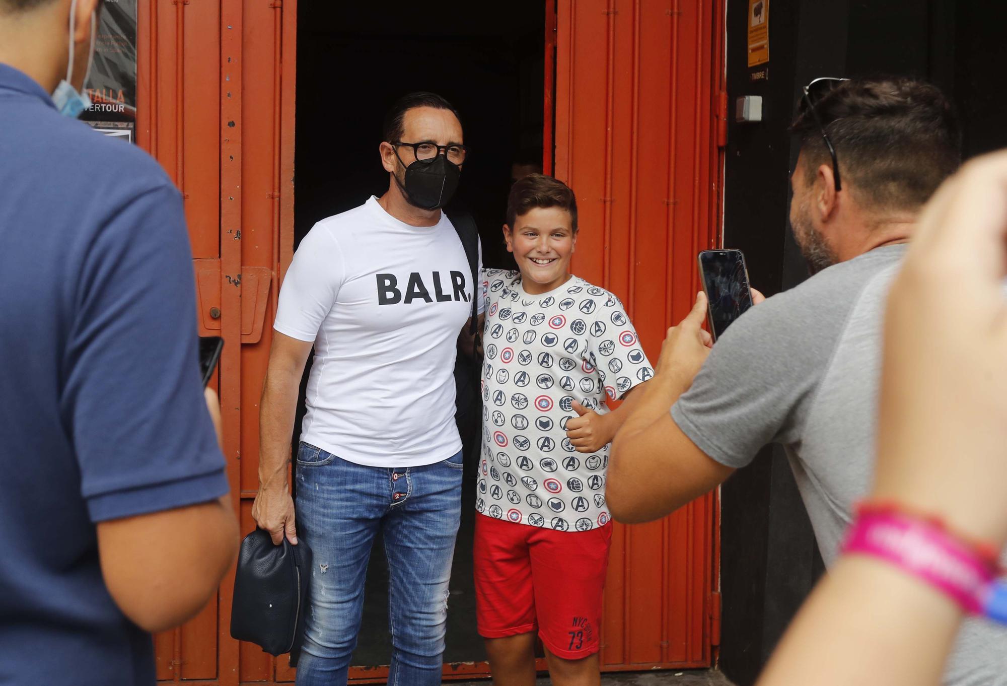 La afición valencianista se vuelca con el equipo a la salida de Mestalla