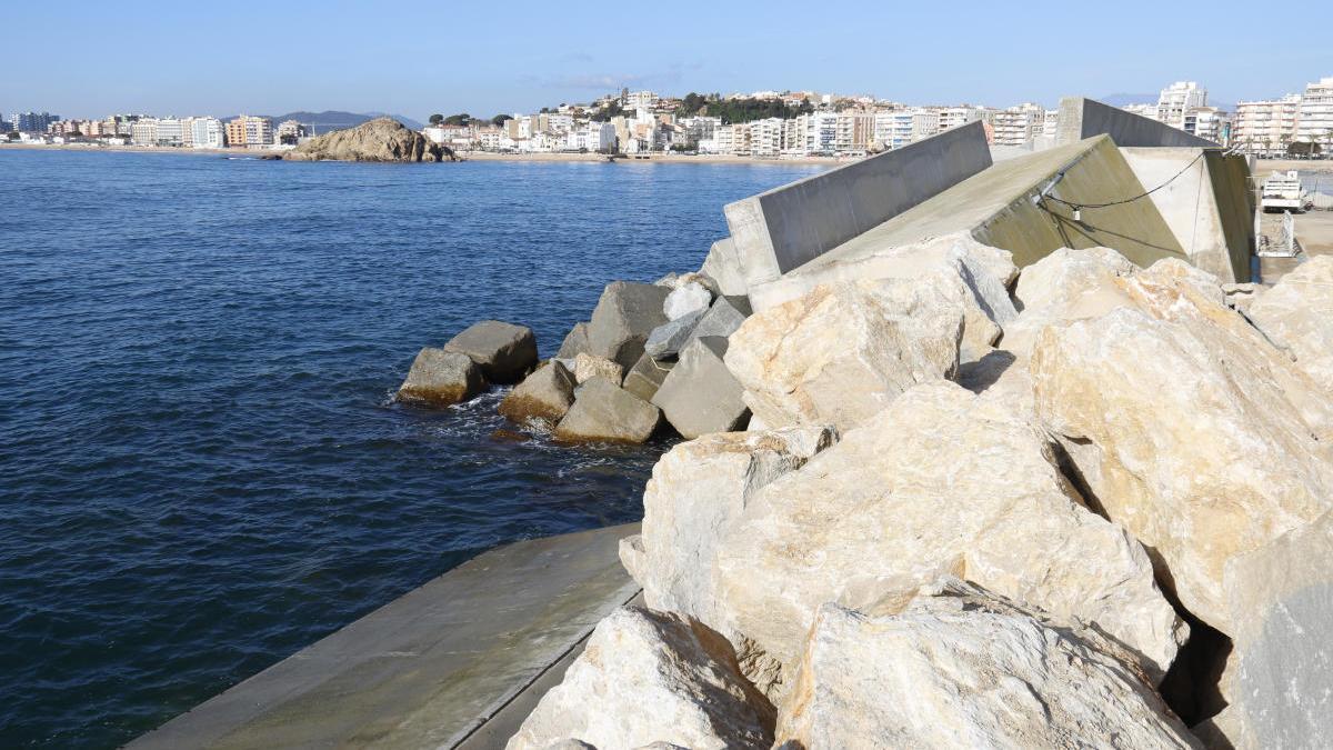 El dic ensorrat del port de Blanes a causa del temporal i l'escullera de pedres provisional, foto d'arxiu