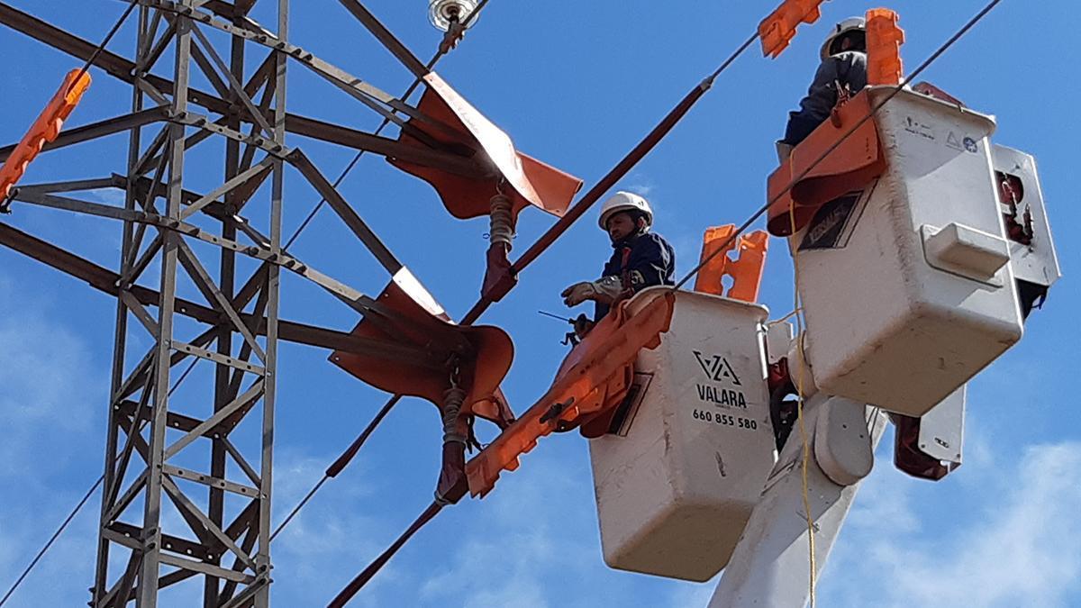Endesa duplica el nombre d'actuacions de treballs en tensió (TET) per millorar el subministrament elèctric