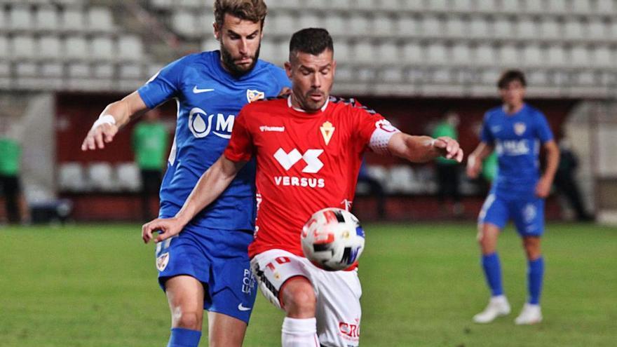 Víctor Curto controla el balón ante un jugador del Linares.
