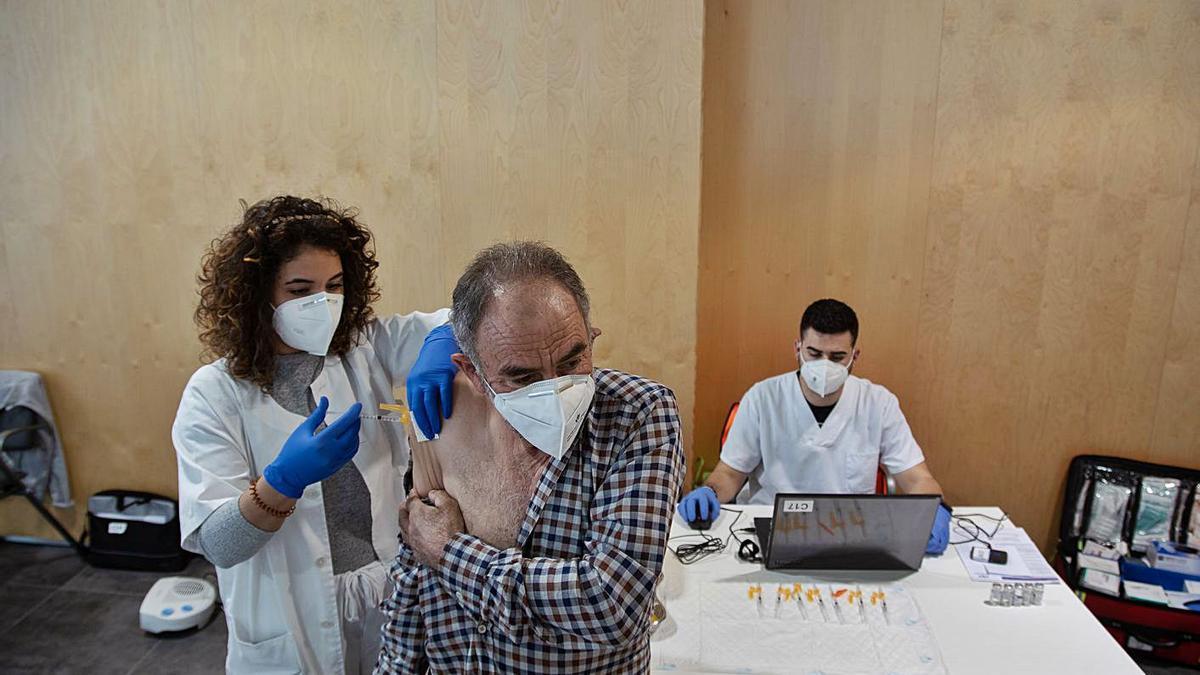 Vacunación de los nacidos en 1956 en el centro habilitado en el Teatro Ramos Carrión.