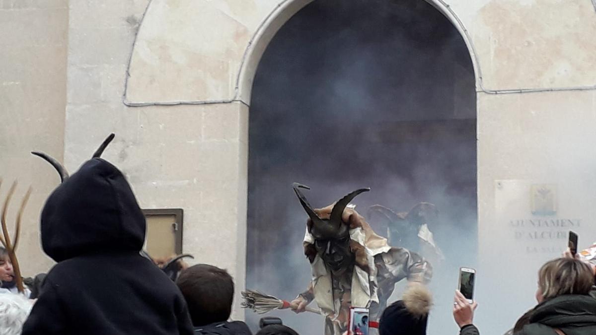 Uno de los 'dimonis' de Alcúdia sale del Ayuntamiento, en una pasada edición de las fiestas de Sant Antoni.
