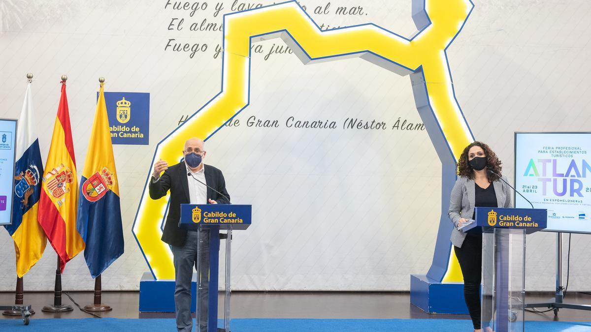 El presidente del Cabildo, Antonio Morales, y la directora de Infecar, Natalia Santana, durante la presentación de Atlantur