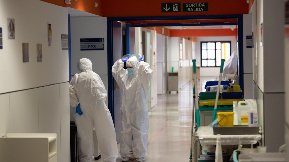 Sanitarios en la planta Covid de Can Misses