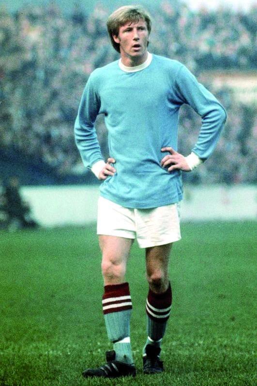 Colin Bell, durante un partido con el City