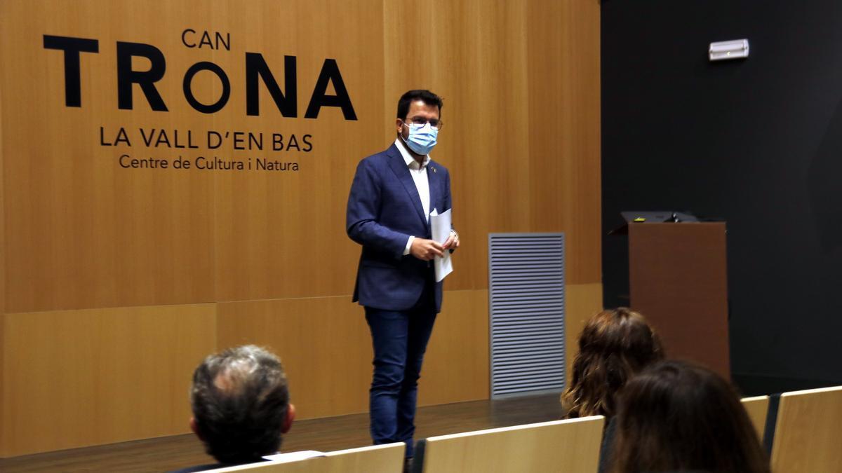 El president de la Generalitat, Pere Aragonès, parlant a l'auditori de Can Trona a la Vall d'en Bas