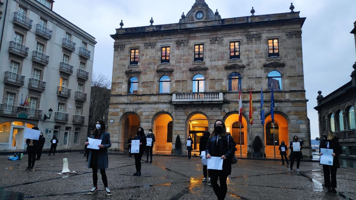Las Rapiegas protestan de luto en Gijón