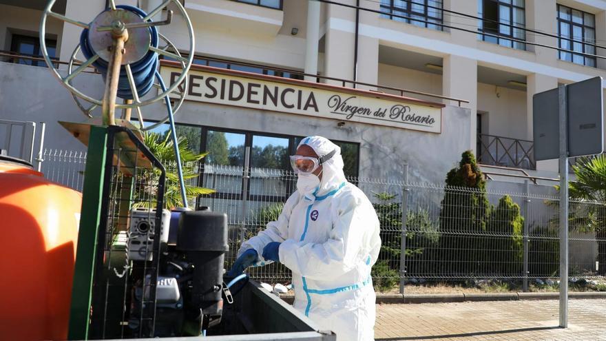 Desinfectan el exterior de la residencia de El Puente por el brote de COVID