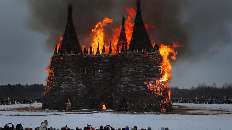 """Rusia despide al covid y al invierno quemando su particular """"Meditadora"""""""