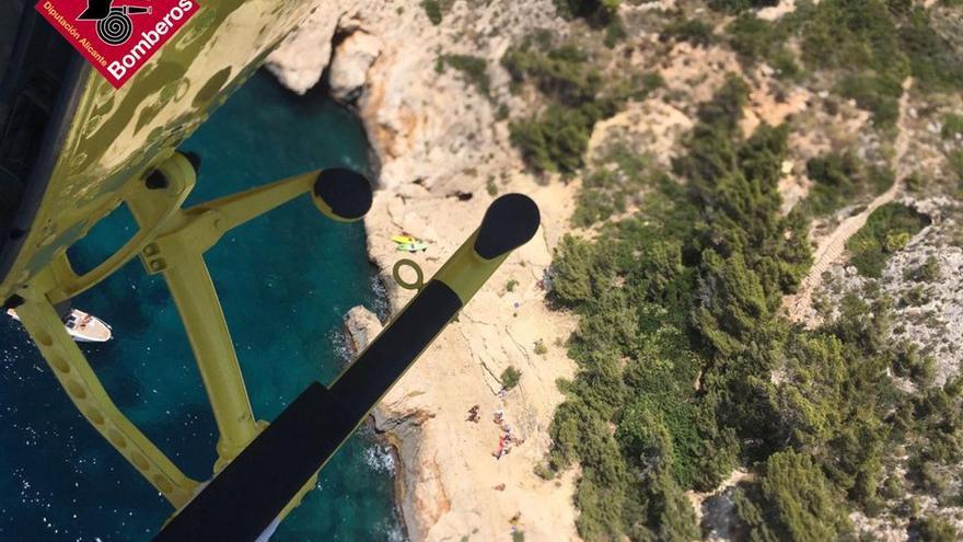 Rescatan a otros dos bañistas accidentados en los acantilados de Ambolo y en En Caló en Xàbia