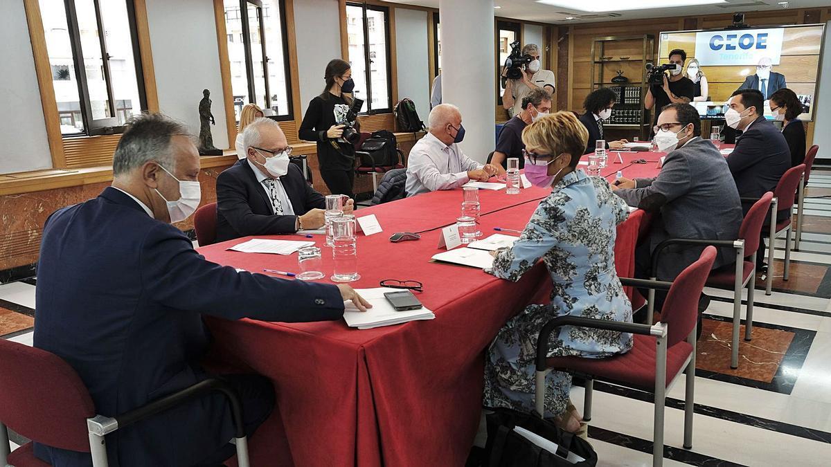 Reunión ayer de la Mesa de la Concertación Social, presidida por Ángel Víctor Torres, en primer término de la imagen.