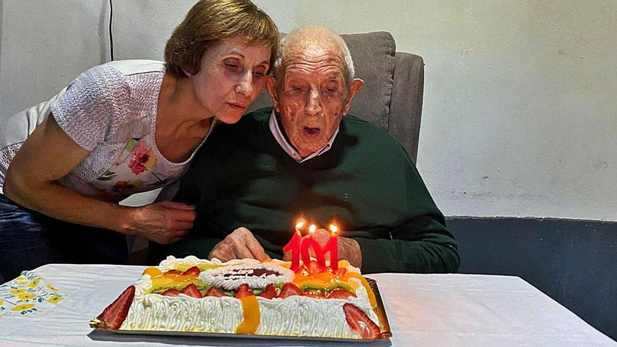 El centenario de Escuadro junto a un cesto hecho por él.