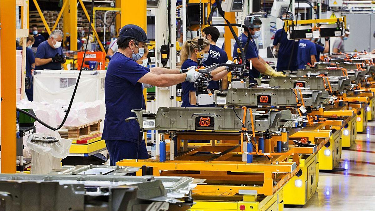 Trabajadores del taller de montaje de baterías para el coche eléctrico de Stellantis en Vigo.  | // CARLOS PRIETO