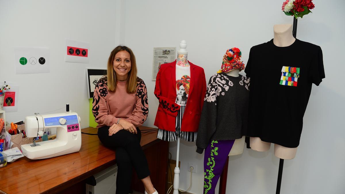 Yolanda Alonso, en su estudio placentino, con algunos de sus diseños y su máquina de coser.