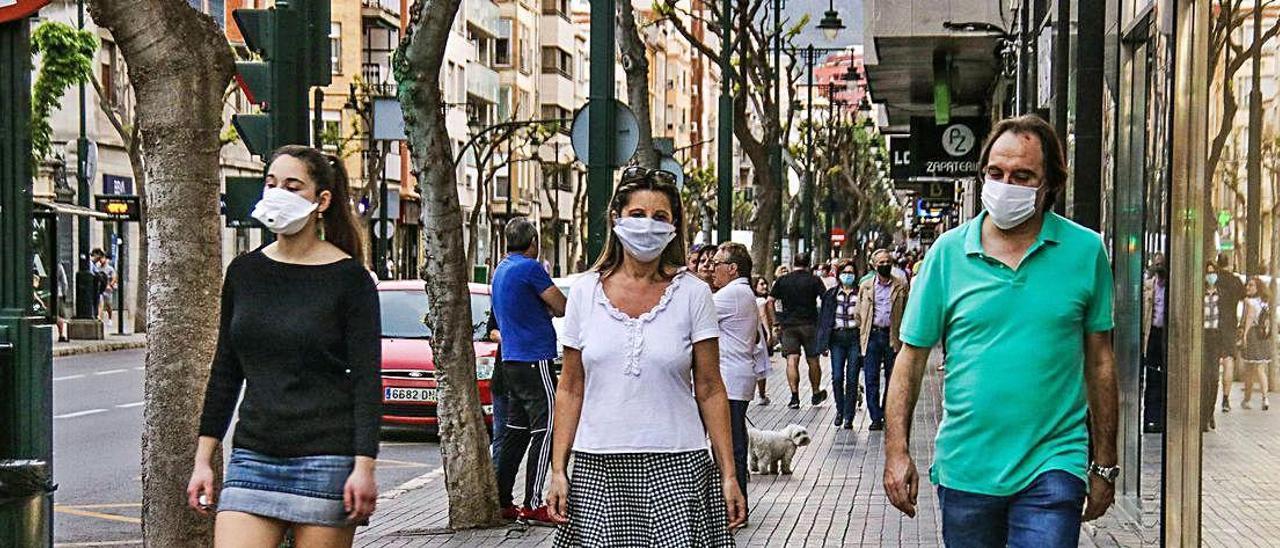 Personas paseando por la calle en Alcoy.