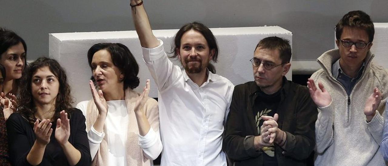 El ex líder de Podemos, Pablo Iglesias, junto a los ex miembros de su equipo, Tania González, Carolina Bescansa, Íñigo Errejón y Juan Carlos Monedero, durante el acto de clausura de la Asamblea Ciudadana en el Teatro Nuevo Apolo de Madrid.