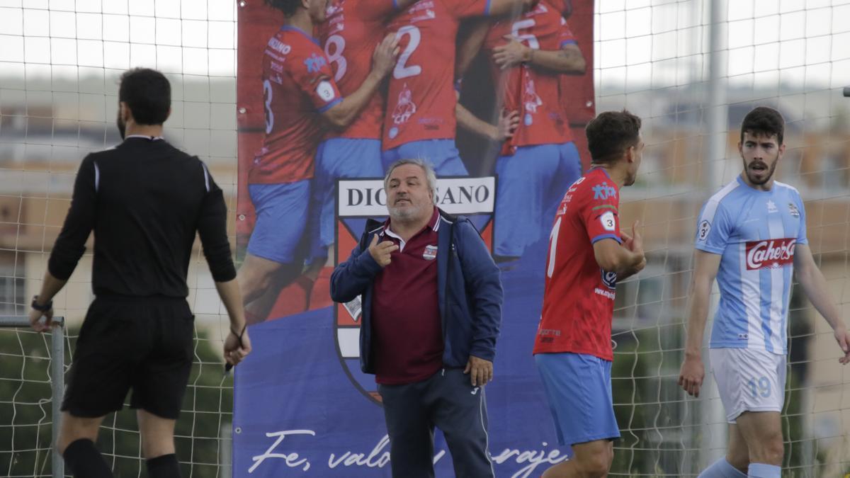 Adolfo Senso, entrenador del Diocesano, en el último partido ante el Coria.
