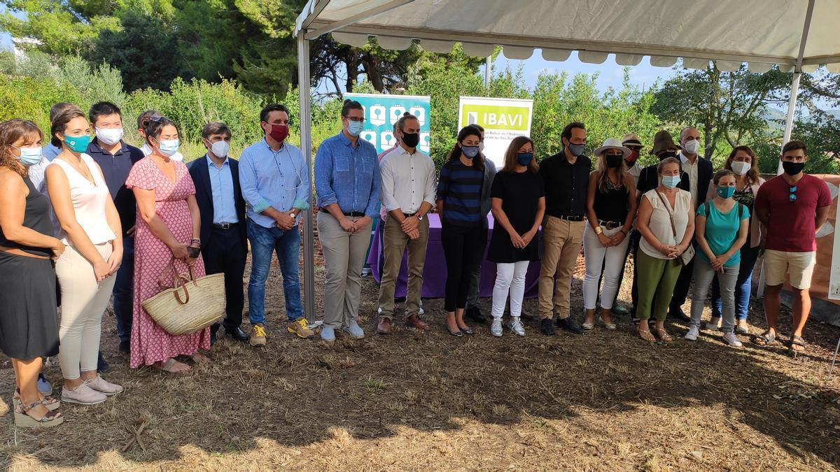 Foto de familia de autoridades locales y autonómicas que han participado en la colocación de la primera piedra, en Son Servera.