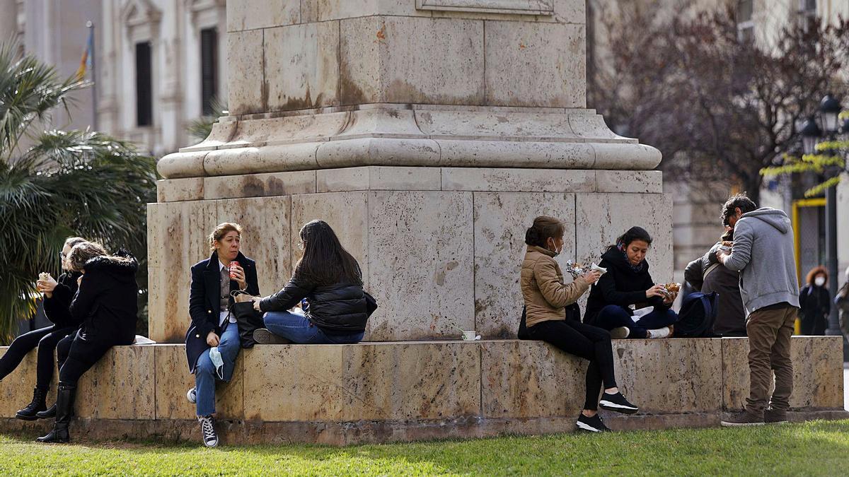La ausencia de bares y restaurantes ha hecho proliferar las comidas al aire libre en la Comunitat Valenciana. | NOMBRE FEQWIEOTÓGRAFO