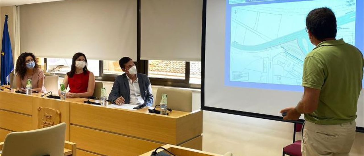 Los técnicos presentan el proyecto a la corporación. | A.P.