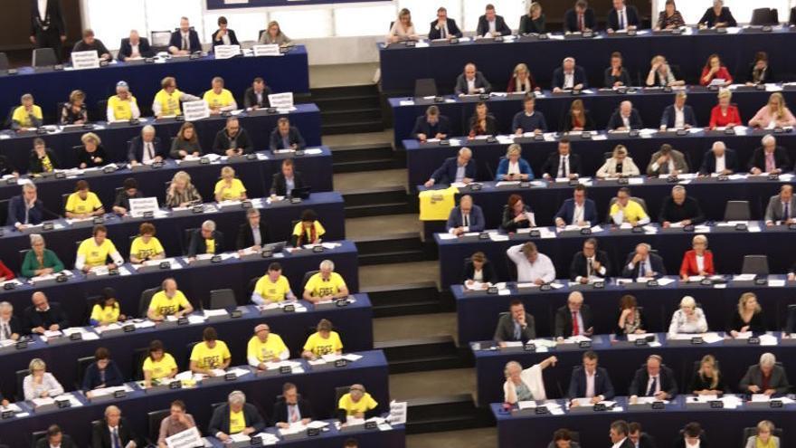 Una quarantena d'eurodiputats reclamen la llibertat del presos amb samarretes grogues a l'Eurocambra