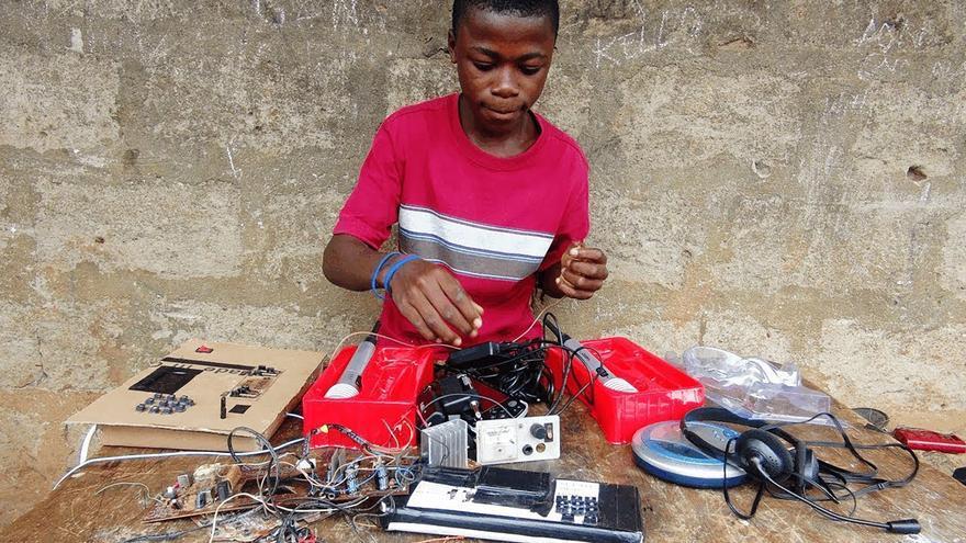 Kelvin Doe, el joven africano que aprendió ingeniería de forma autodidacta