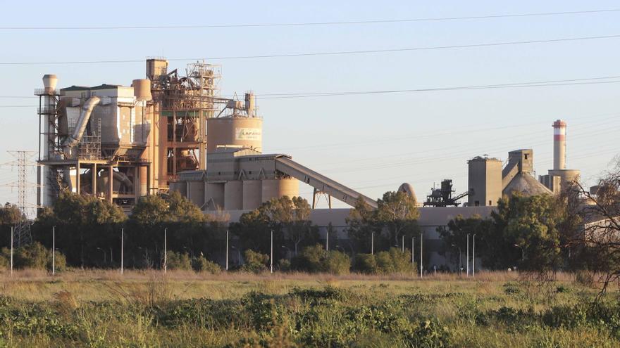 """La cementera de Sagunt dice que """"aún no hay nada cerrado"""" sobre la quema de residuos sanitarios"""