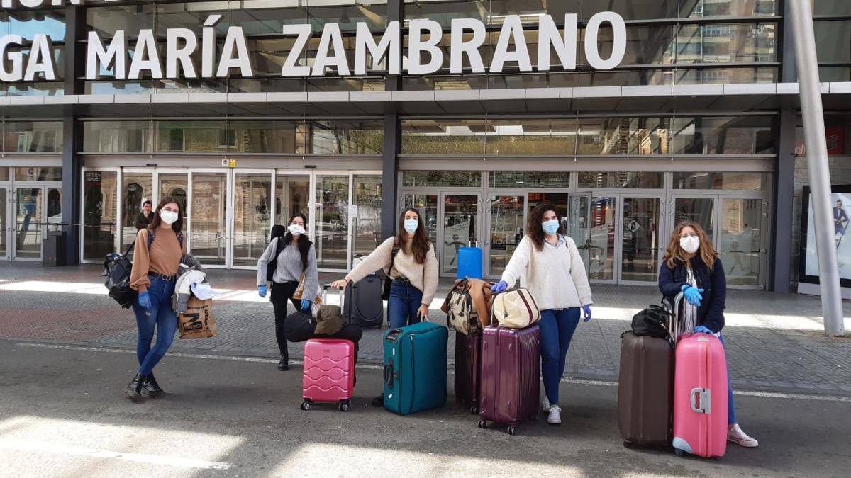 Las cinco voluntarias, antes de tomar el AVE a Madrid.