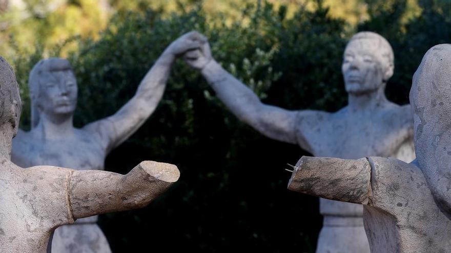 Mutilan los brazos del monumento a la sardana en Barcelona