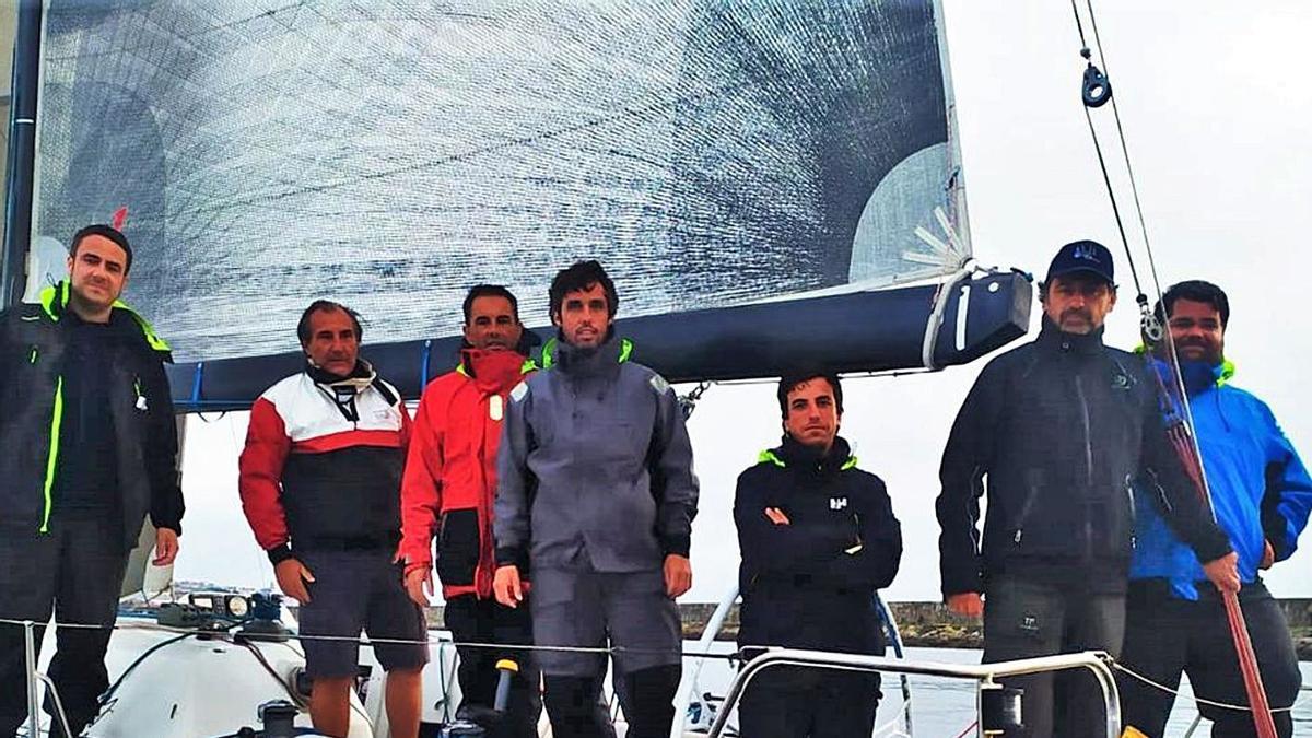 Los tripulantes del 'Gómez Mostly', ayer en A Coruña.    // CARLOS SARDIÑA