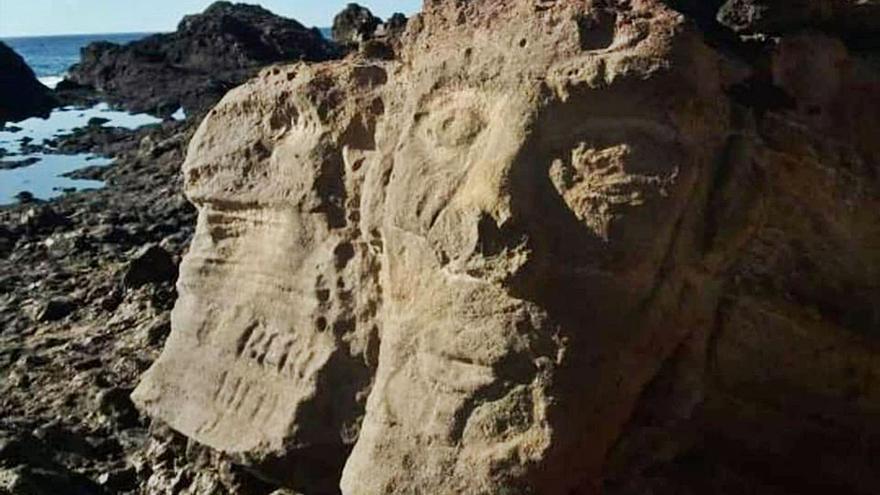 Nuevo atentado en Montaña Roja con pintadas e imágenes talladas en piedra