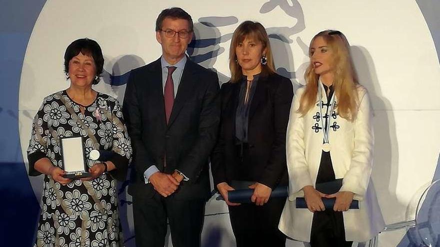 Feijóo entrega a la presidenta de Adicam la medalla Emilia Pardo Bazán