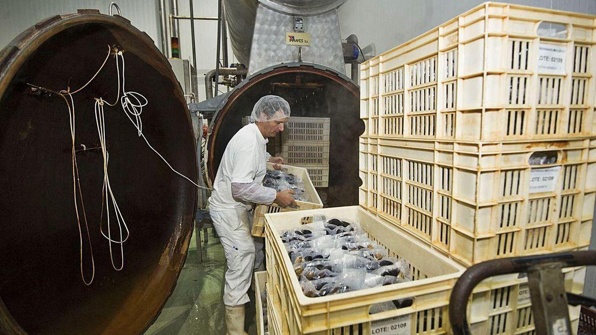 Un trabajador en la planta de la antigua Isidro de la Cal, renombrada como Isidro 1952.