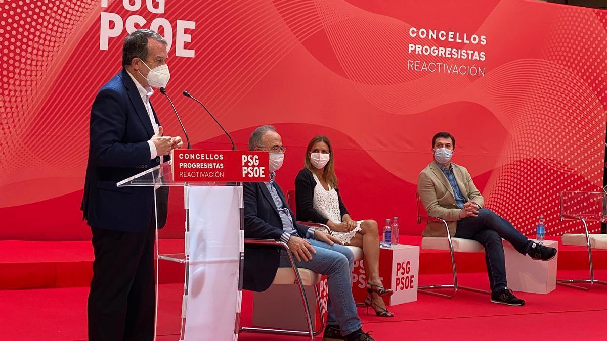 Abel Caballero durante su intervención en el foro de alcaldes del PSdG en Santiago