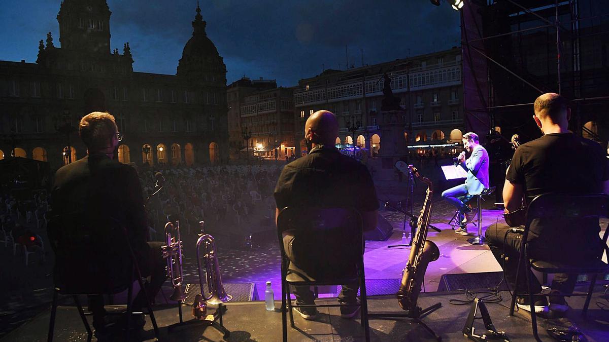 Concierto de las fiestas de María Pita, con el público y los músicos sentados y con mascarilla.   | // CARLOS PARDELLAS