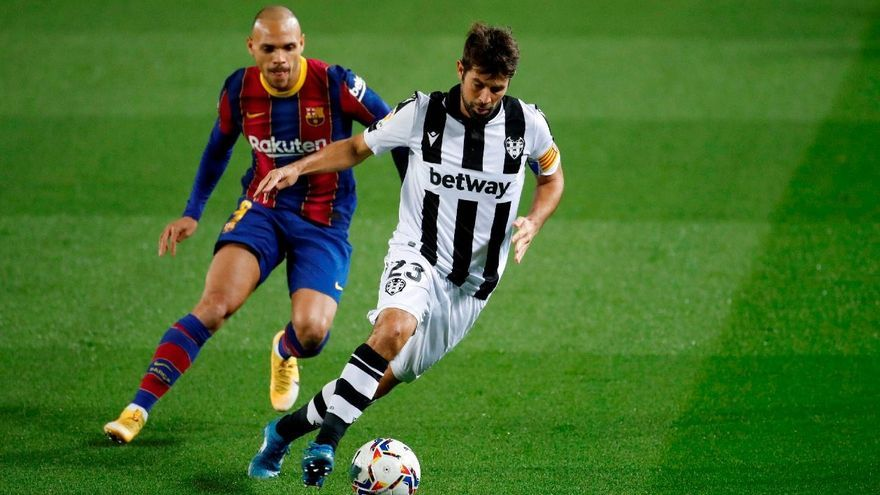 Messi da oxígeno al Barça frente a un Levante dominador