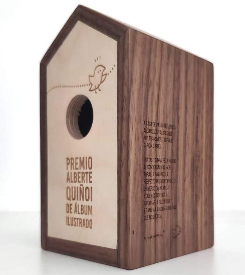 El trofeo del Premio de Banda Deseñada Alberte Quiñoi diseñado por Rosa de Cabanas y realizado por la firma local Nudima de Madera.