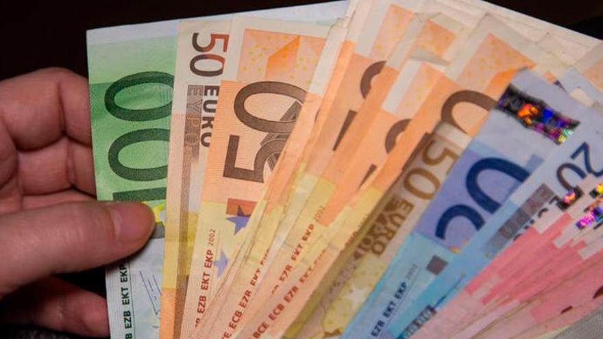 Le agreden en el portal de su casa y le roban dos tarjetas de crédito y 1.500 euros