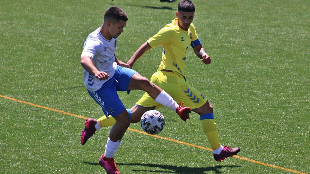 Una jugada del partido de juveniles entre el Tenerife y Las Palmas y que acabó con empate (0-0).     DAVID MARTÍN