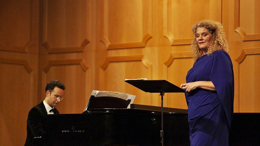 La mezzosoprano Michelle DeYoung luce todo su poderío en el Filarmónica