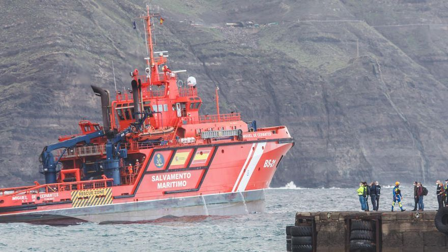 Las remolcadoras no logran desencallar el ferry de Agaete y el rescate queda aplazado